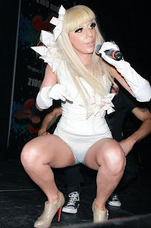 Lady GaGa, cenzurata la tv: a purtat tocuri in forma de penis. FOTO
